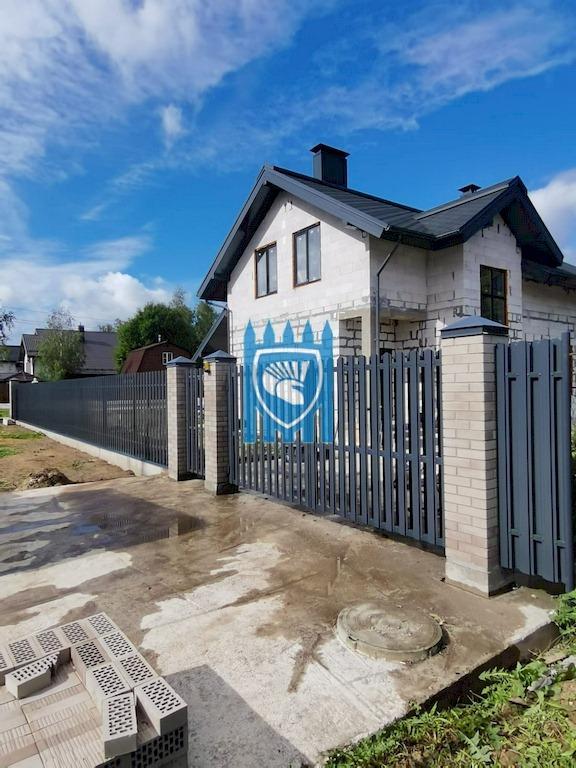 Забор из евроштакетника с кирпичными столбами и автоматические ворота 11