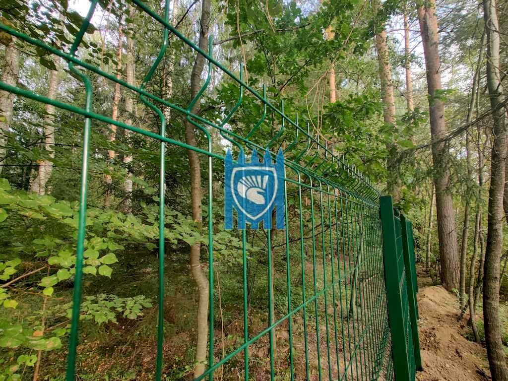 Установка забора из 3Д сетки в лесу в Рузском районе 3