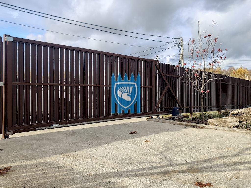 Забор из евроштакетника с площадкой и заездом из бетона в Солнечногорске 2
